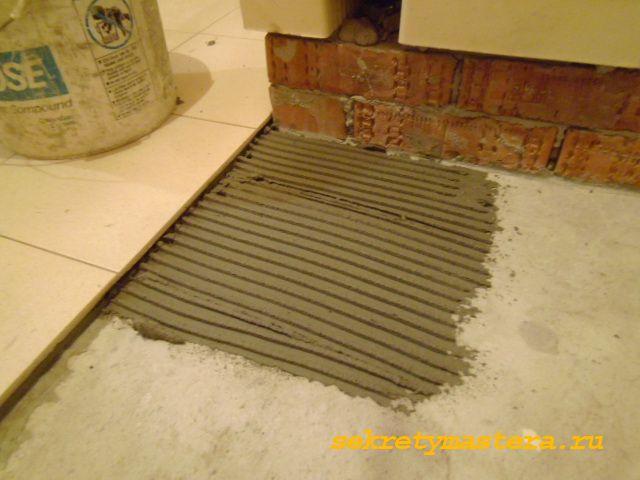 Нанесение клея для плитки на поверхность