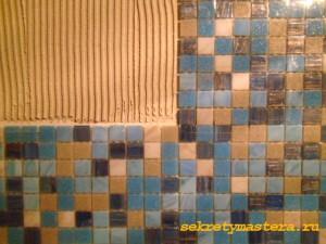 Нанесение клея для мозаики на поверхность