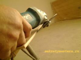 Подрезаем плитку для угла