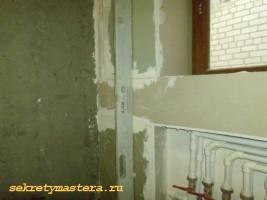Выравниваем стену обрезками гипсокартона
