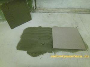Укладка первых плиток на пол